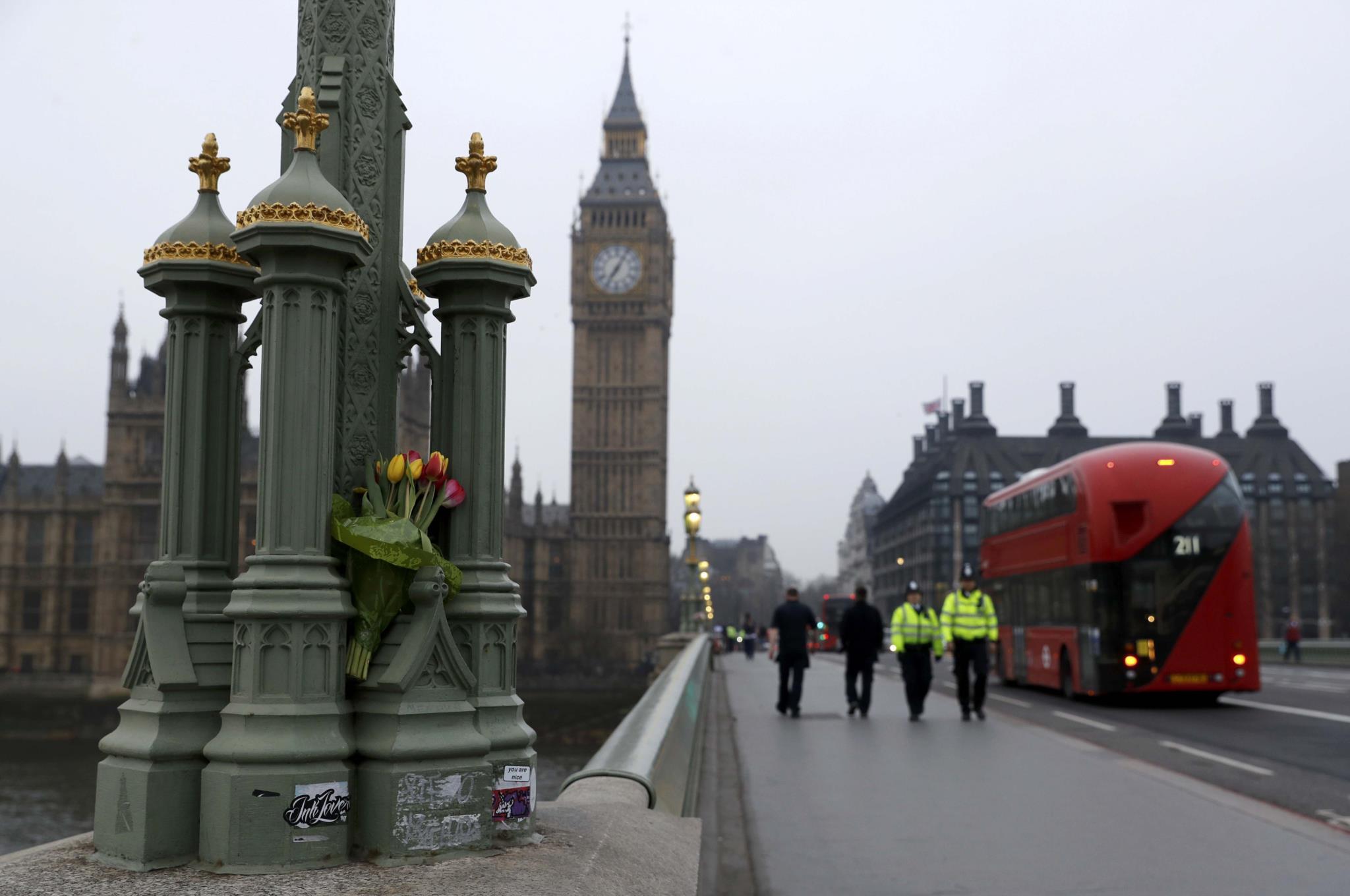 <p>Flores depositadas na ponte de Westminster, em homenagem às vítimas</p>