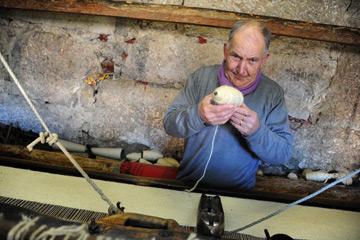 Manuel Gonçalves com o seu tear na fábrica de cobertores