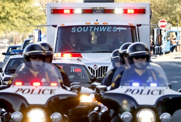 A ambulância em que seguis Giffords foi escoltada pela polícia
