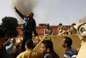 Nas ruas há imagens de manifestantes ao lado das tropas, mas existem também informações de comandantes militares a acusar a população de pilhagens