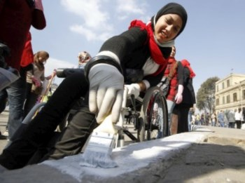 Jovens fazem trabalhos de limpeza no egipto