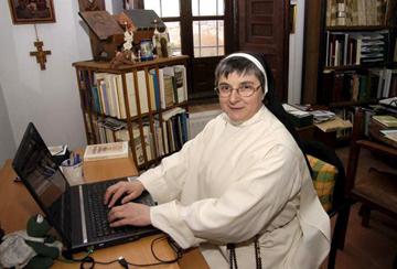 Expulsa do convento por utilizar o Facebook