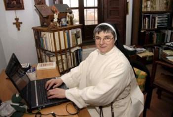 Soror internet, expulsa do convento por ter facebook