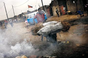 Mercado em Luanda; em baixo: Santos rodeado por Khadafi e Mubarak
