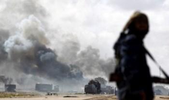 Viaturas destruidas na estrada que liga Ajdabiya a Bengasi