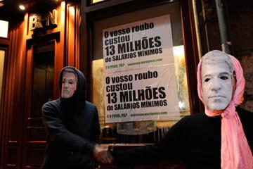 <p>Dois promotoras da iniciativa depois da colagem de cartazes</p>