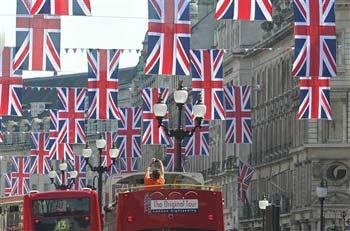 O primeiro súbito que espera ver os noivos com os próprios olhos já assentou arraiais em frente à Abadia de Westminster