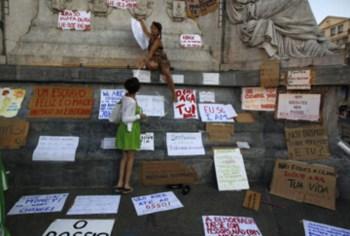 A estátua de D. Pedro IV encheu-se de cartazes de protesto
