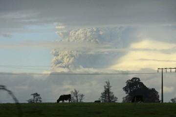 O vulcão lançou uma nuvem de cinzas com cerca de dez quilómetros de altitude