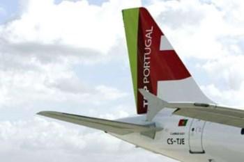 O avião sofreu danos num dos motores