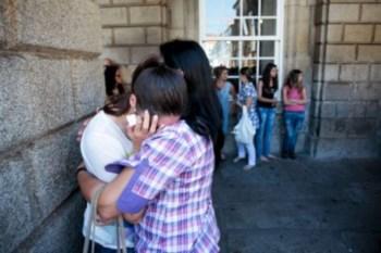 Fãs choram à porta do Hospital, onde está o ex-D'ZRT