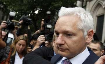 Julian Assange à saída do tribunal