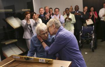 Phyllis Siegel, 77 anos, e Connie Kopelov, 85 foram o primeiro casal homossexual a dar o nó em Manhattan