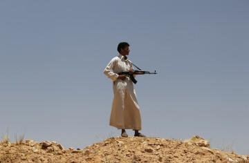 Combatente rebelde na Líbia: após quatro meses de itnervenção estrangeira, continua um impasse