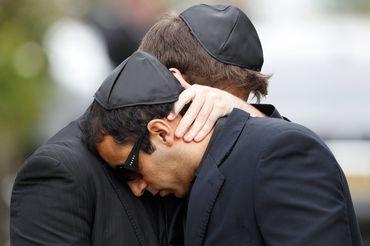 Imagem dos dois homens que enganaram a agência Reuters