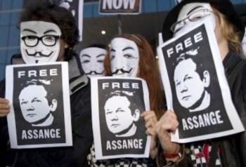 O grupo Anonymous numa acção de apoio à Wikileaks