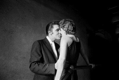 Barbara Gray, a loura que beija Elvis Presley, revelou a história desta fotografia