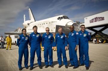 Os astronautas da última missão do vaivém Discovery, em Março
