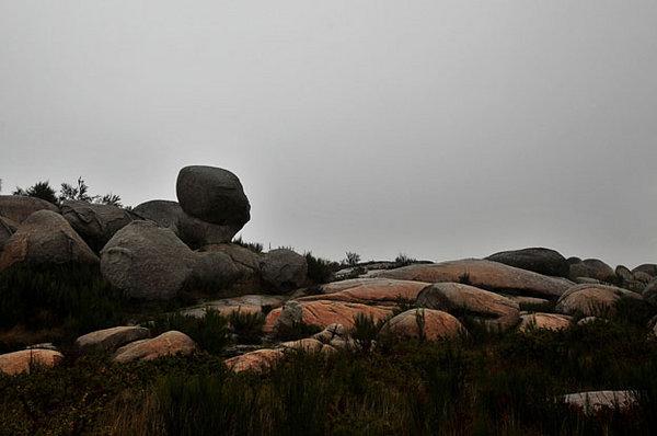 A paisagem é marcada por grandes penedos de granito