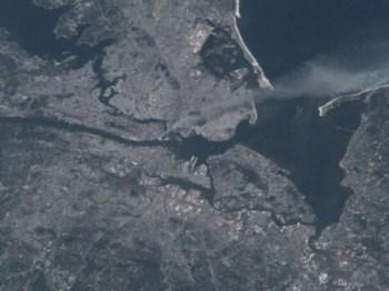 Culbertson fotografou a partir do espaço uma pluma de fumo a erguer-se da ponta sul de Manhattan