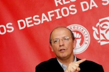 Santos Silva  diz que não abandona o lugar de deputado por qualquer desencanto com a vida política do seu partido.