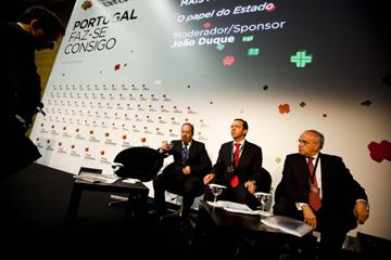 """João Duque (ao centro) diz que tratamento da informação orientado pelo Governo """"não deve ser questionado"""""""