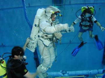 Tanque da NASA simula as condições que os astronautas encontram no espaço