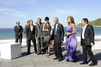Raúl Ruiz (terceiro a contar da direita) com o elenco e a equipa do filme, em San Sebastián, em Setembro de 2010