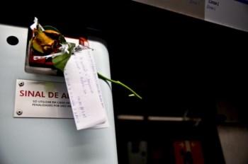 Desde o dia dos namorados que José deixa uma flor e uma mensagem no metro de Lisboa