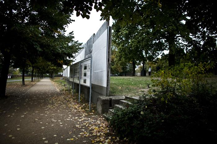 Marcação de antiga passagem do muro que atravessa um cemitério prussiano