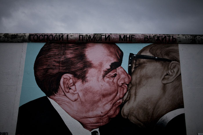 O famoso beijo entre Honecker e Brezhnev - East Side Gallery