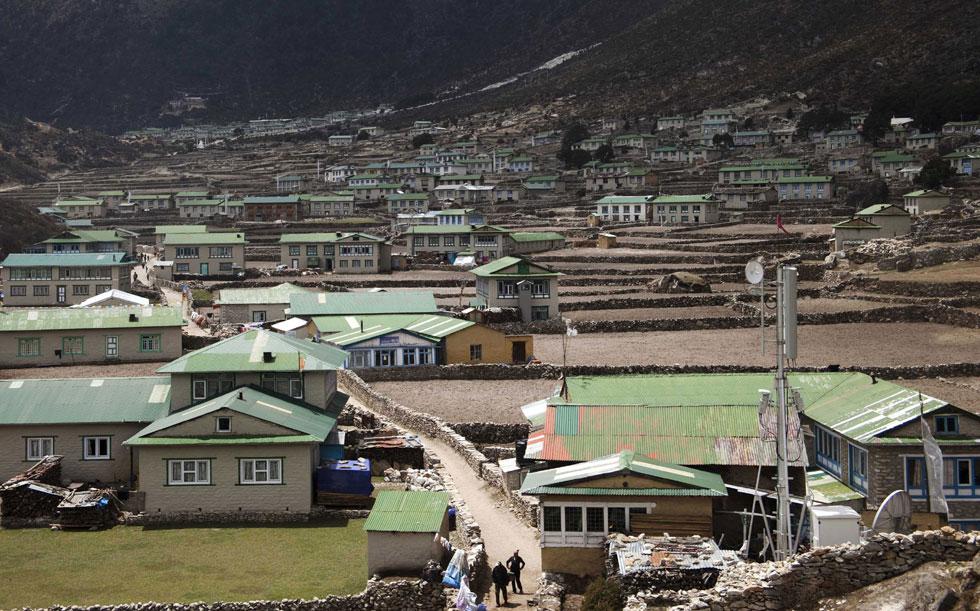 Um nepalês deixa a aldeia Khumjung situada na área do Monte Evereste no Nepal
