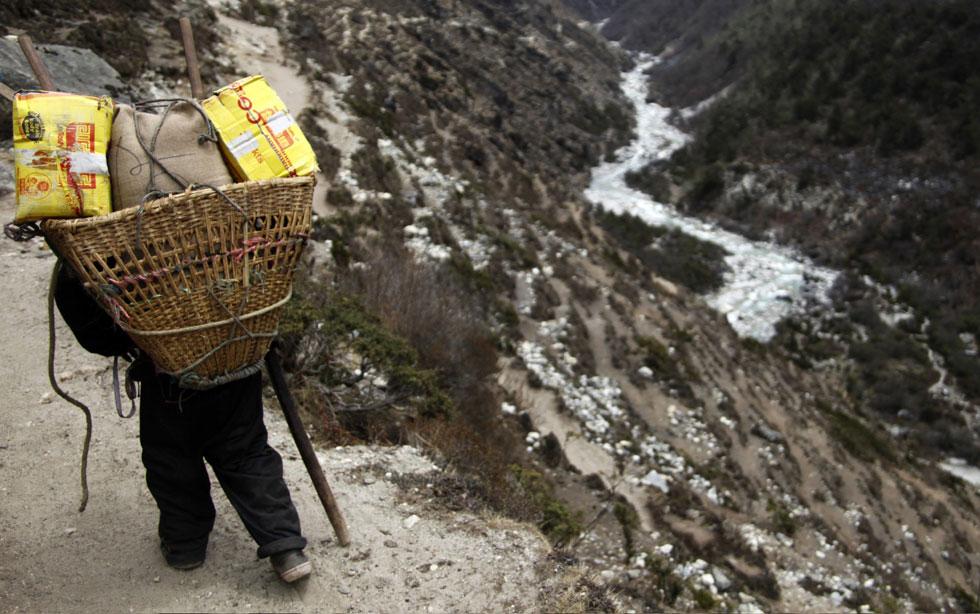 Um nepalês com doze anos de idade - Sirjan Rai - transporta mercadorias até Dingboche