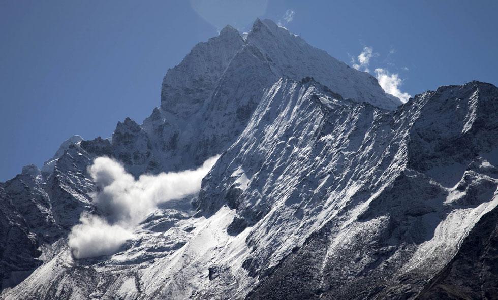 Uma avalanche explode perto do cume da montanha Thamserku a este de Namche Bazar