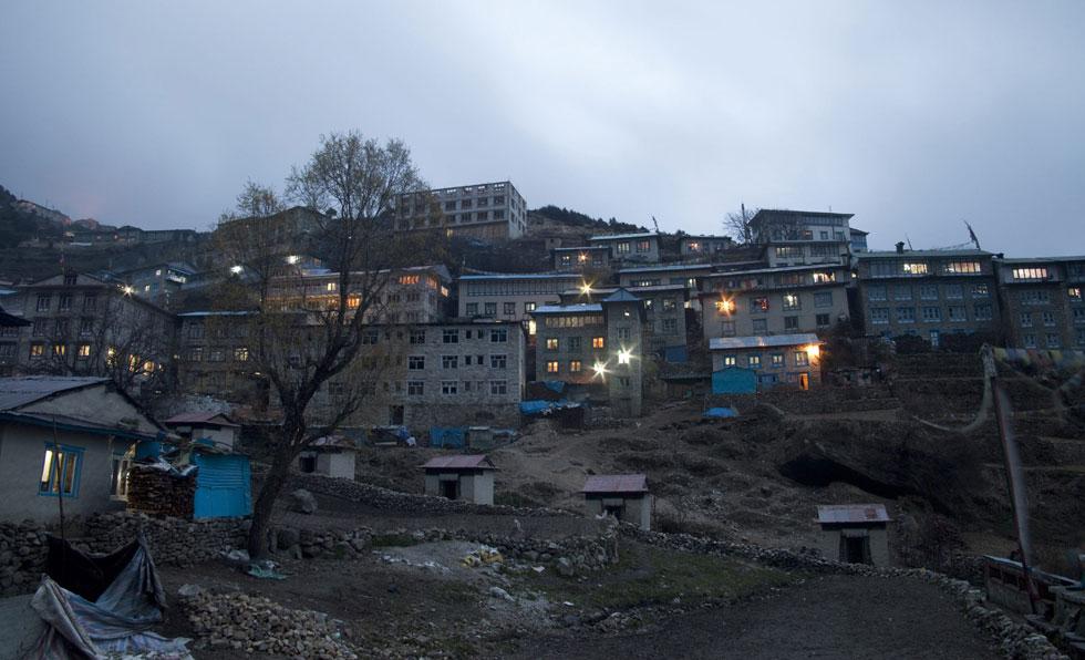 As lâmpadas iluminam a vila Namche Bazar localizada nos Himalaias