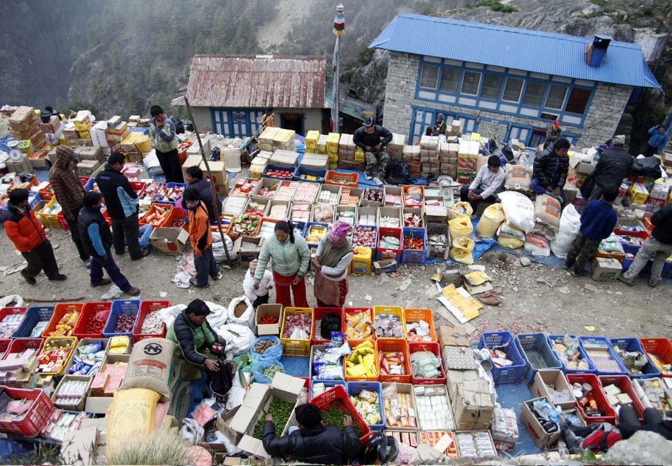 Mercado na aldeia Namche Bazar nos Himalaias