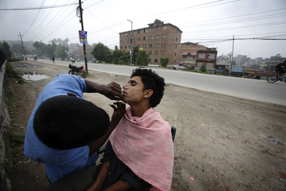 Um momento para fazer a barba em Katmandu