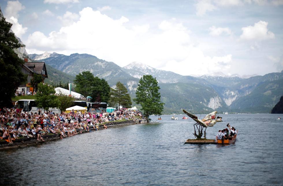 Um barco decorado com uma borboleta desfila no lago Grundlsee