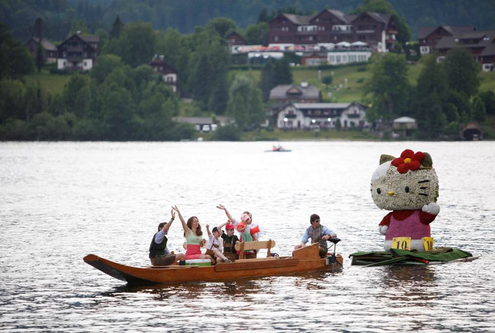Um barco decorado com a personagem infantil Hello Kitty desfila no lago Grundlsee