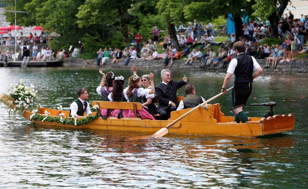O presidente austríaco e sua mulher desfilam durante o cortejo de barcos no lago Grundlsee