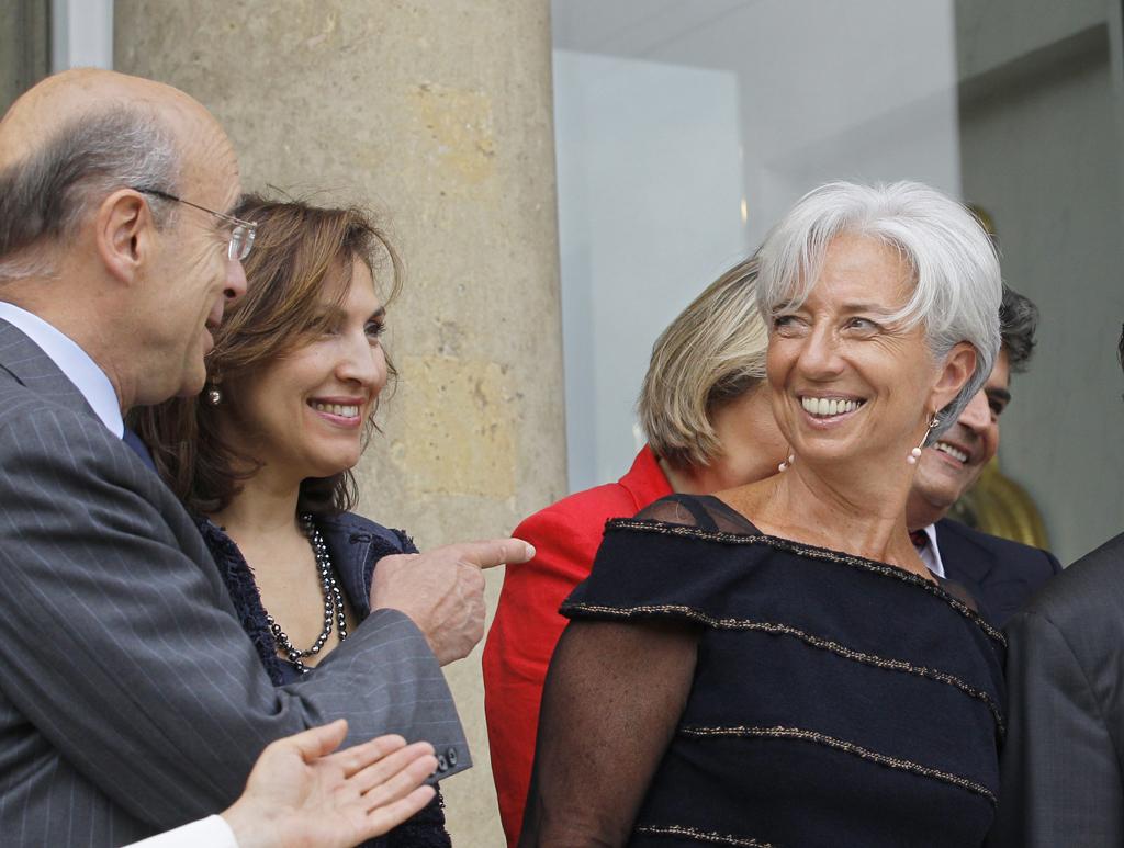 Nora Berra (ao centro), entre Alain Juppe e Christine Lagarde, em Junho de 2011