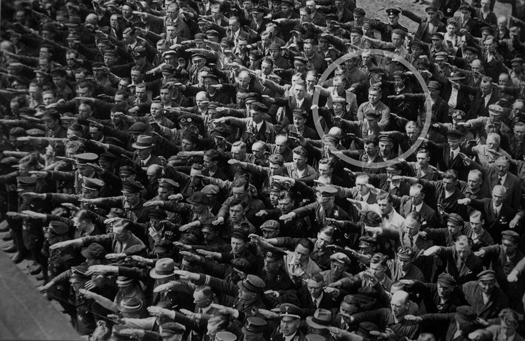 August Landmesser é o único nesta imagem que não está de braço levantado