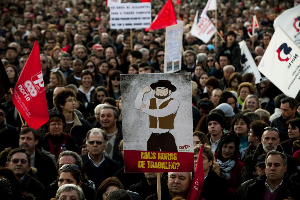 Manifestantes assistem à intervenção de Arménio Carlos