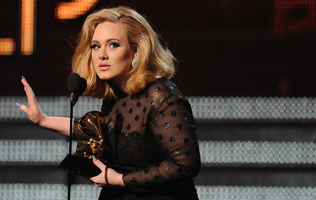 Adele recebe um dos seis troféus arrecadados nesta noite