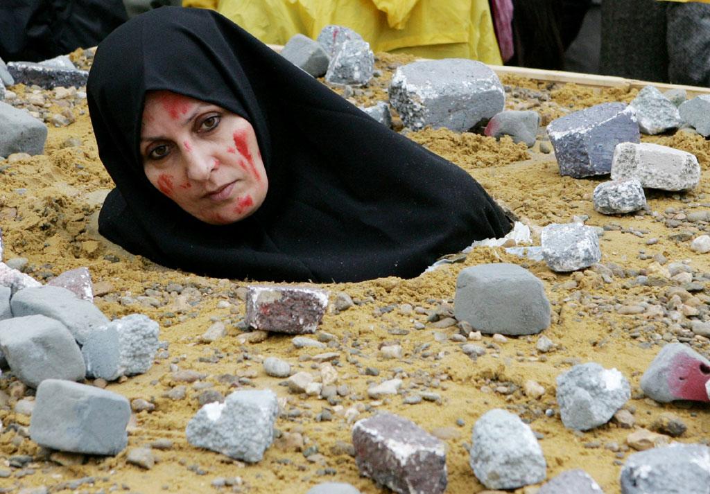 Activista num protesto contra a morte por apedrejamento no Irão