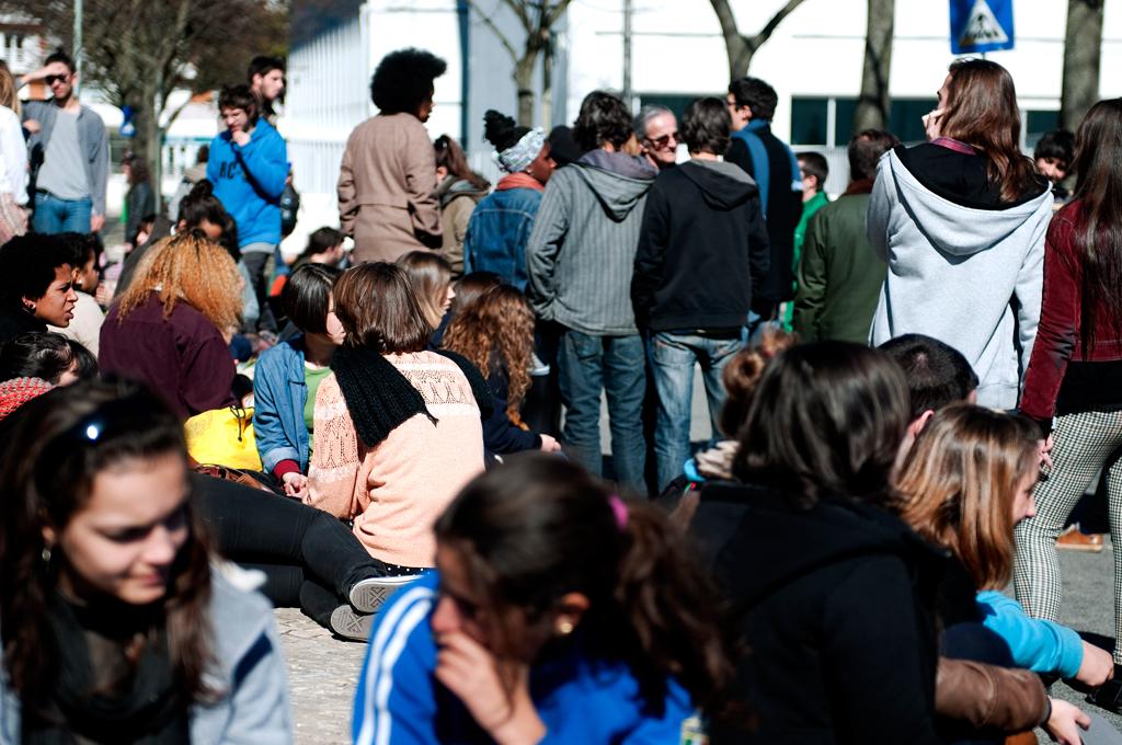 Dezenas de alunos estavam desde as 10h concentrados em frente à escola