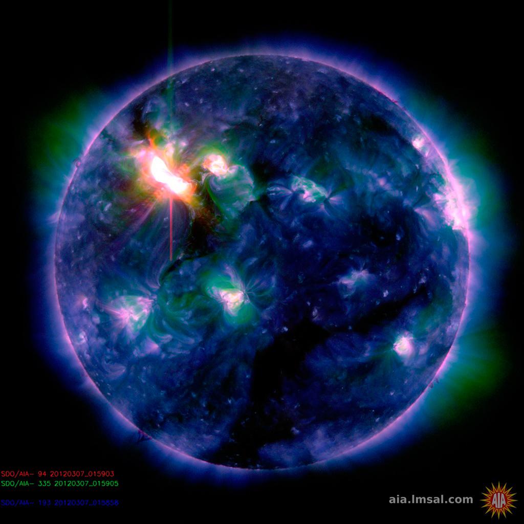 Foto da NASA pondo em relevo a erupção solar