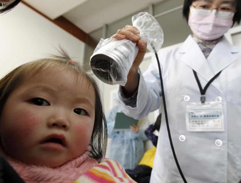 Uma criança  de Minamisoma, a 25 km de Fukushima, é sujeita a medições de radiação