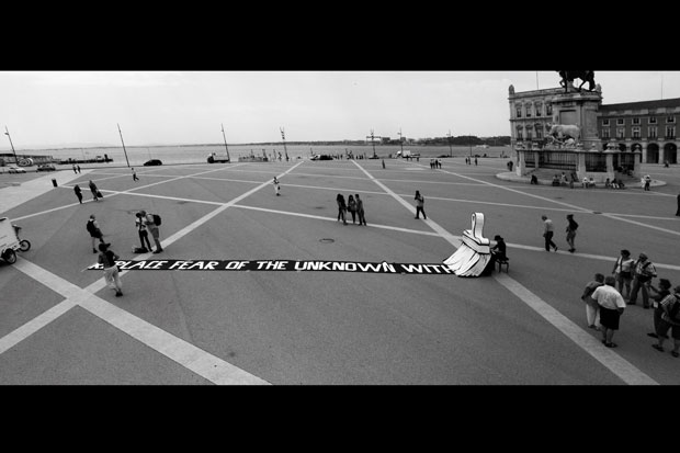 Lisboa. Praça do Comércio. Maio 2011. Actuação onírica com piano e faixa onde se lê Substitui o medo do desconhecido por..