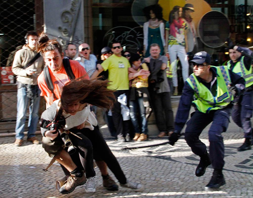 O momento em que a jornalista da AFP é agredida